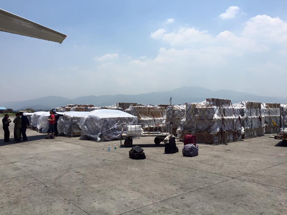 カトマンズのトリブバン空港に野積みされた支援物資。